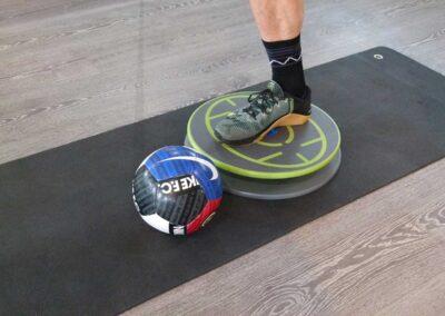 520 Stabilisieren einbeinig mit Ball rollen