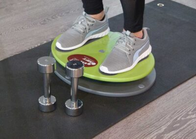 Koordinatives Krafttraining zur Ganzkörperstabilität – Fit Disc Übungen mit Kurzhanteln